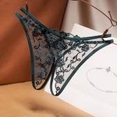 Черные трусики с вышивкой красиво открывающие женскую вагуну, A043